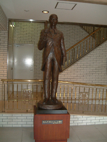 「シーボルト記念館」ロビーに飾られているシーボルト像