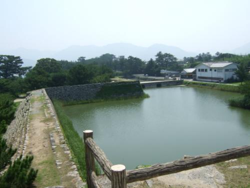 萩城天守閣跡から見た堀と入口