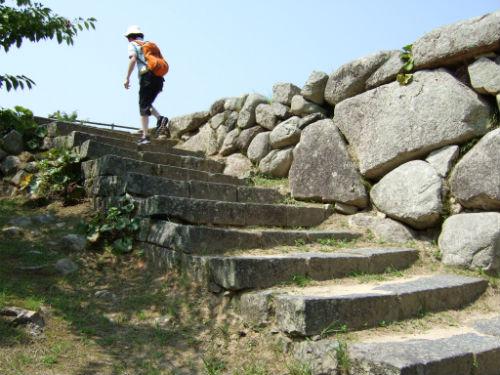 萩城を上る梅太郎