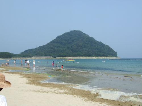 菊ヶ浜海水浴場から見える指月山