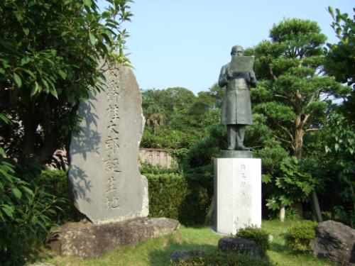 桂太郎旧宅内の銅像と公爵桂太郎誕生地碑