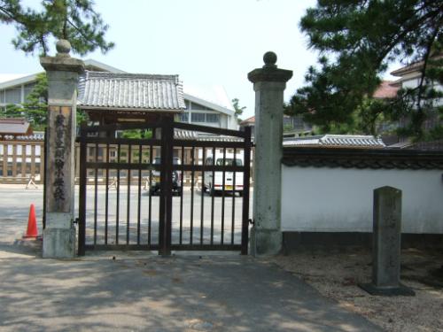 萩市立明倫小学校の建物と明倫館跡碑