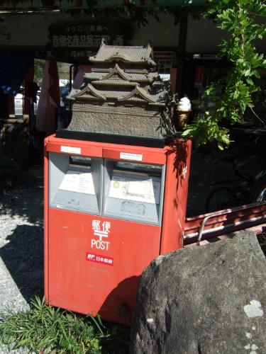 ポストの上に彦根城