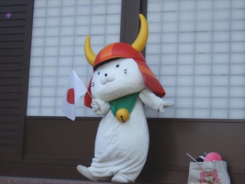 日本の旗を振るひこにゃん