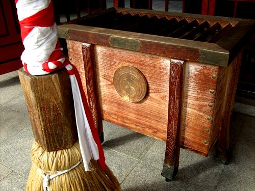 土佐稲荷神社賽銭箱にある三菱マーク