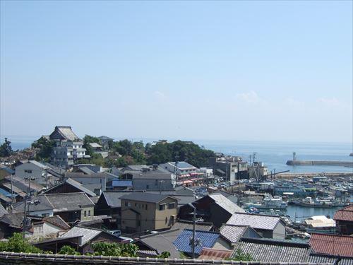 「鞆の浦歴史民俗資料館」前から鞆の浦を一望できる