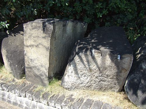 鞆の浦歴史民俗資料館前にある城壁に家紋がある