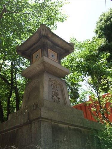 生國魂神社にある八軒家浜の常夜灯(右側)