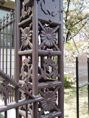 造幣局・欽明門と鉄柵