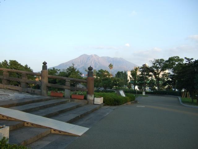 「石橋記念公園」西田橋と桜島
