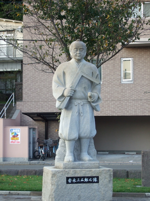 「石橋記念公園」西田橋などの石橋を建てた岩永三五郎之像