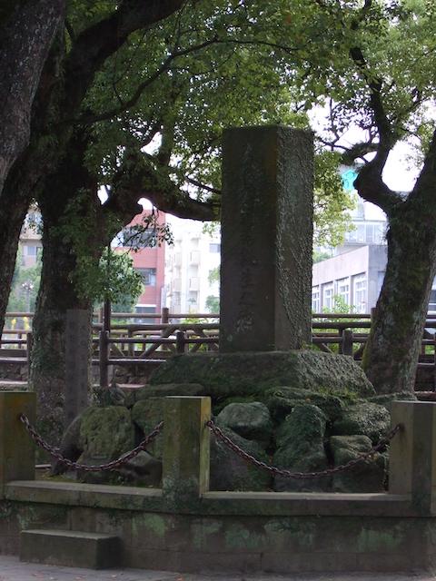 「大久保利通君誕生之地(大久保利通生い立ちの地)」碑と「牧野伸顕誕生之地」碑