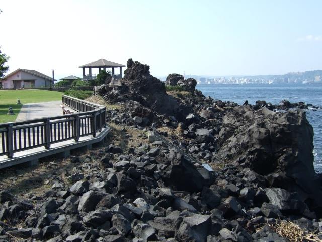 桜島の遊歩道と溶岩石