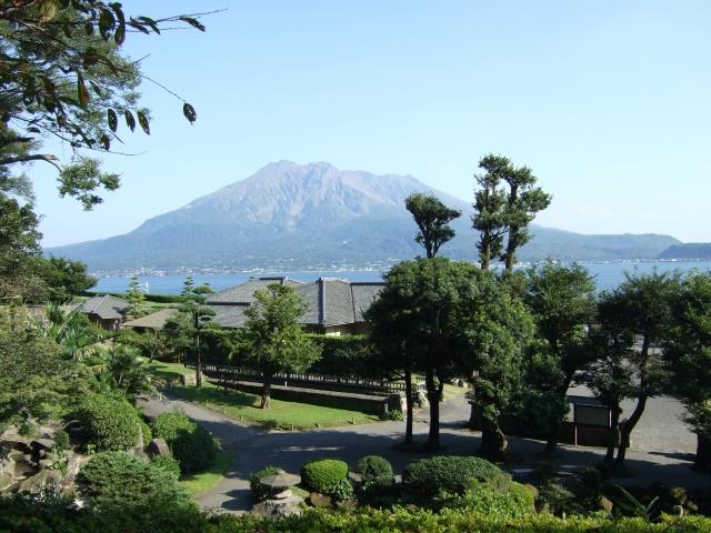 「仙巌園」庭園奥にある階段から見た桜島