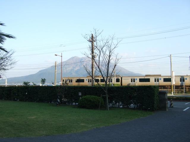 尚古集成館前の桜島とJR日豊本線
