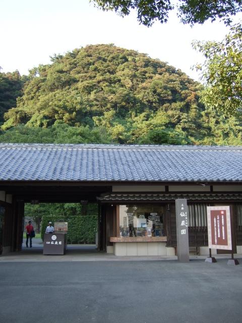 仙巌園入口と背後の山