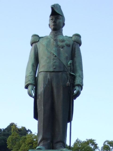 照国神社の島津忠義像(銅像を拡大)