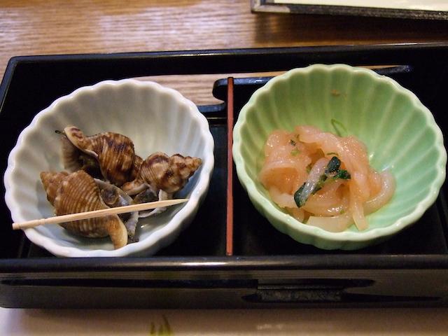 活魚料理「魚将さかなちゃん」のお通し貝とイカ