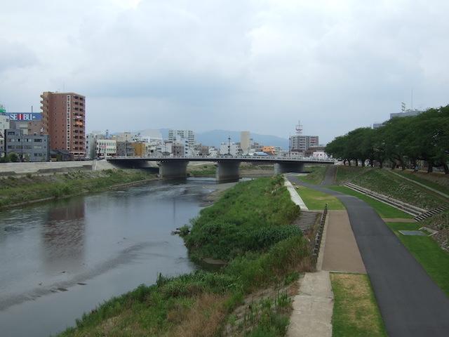 桜橋から見た足羽川。遠くに幸橋が見える