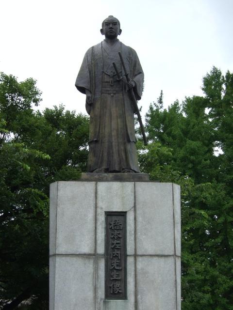 左内公園の橋本左内像